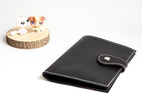 carnet de santé chien chat rangement ordonnances passeport chien cuir maroquinerie artisanale fabrication Atelier Antiope ©