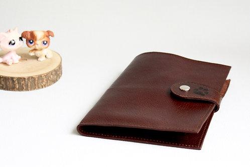 carnet de santé chien chat rangement ordonnances passeport chien cuir maroquinerie artisanale fabrication Atelier Antiope©