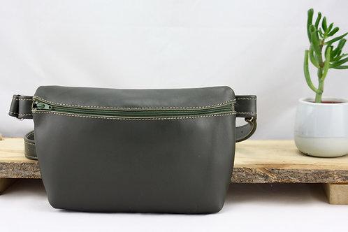 pochette banane vert kaki cuir maroquinerie artisanale fabrication française Atelier Antiope©