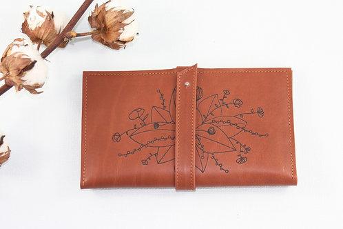 compagnon cuir maroquinerie artisanale fabrication française bouquet de fleur marron Atelier Antiope©