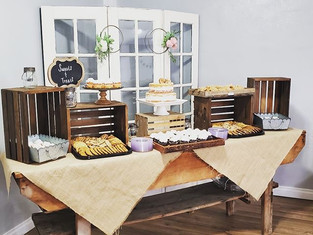 Love this rustic look for your cake tabl