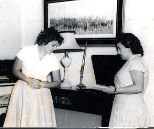 """Regina Helena, autora do livrorreportagem """"Mulheres Jornalistas – a grande invasão"""", entrevistando Maysa - 1957"""
