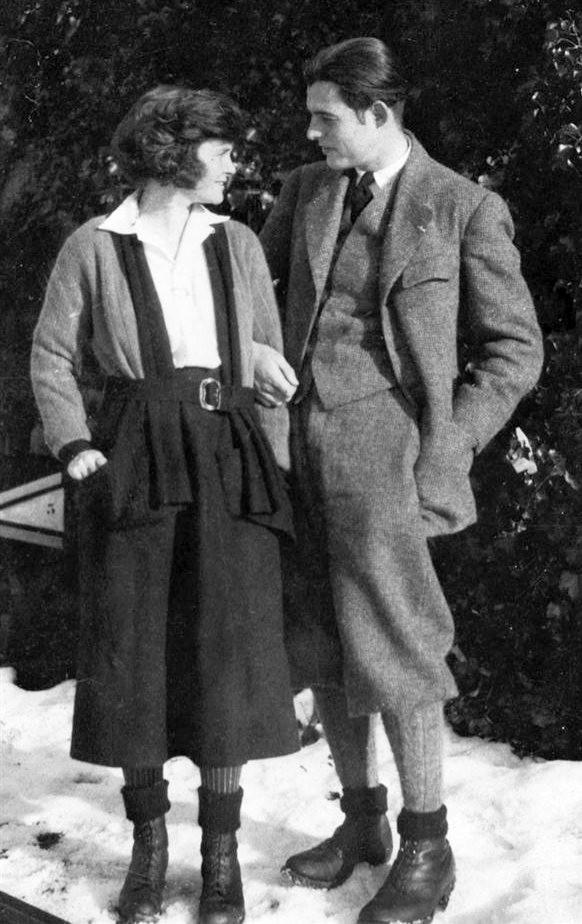 Hemingway em 1944. Do jornalismo moderno, o escritor emprestou frases curtas, sem advérbios e com palavras simples.