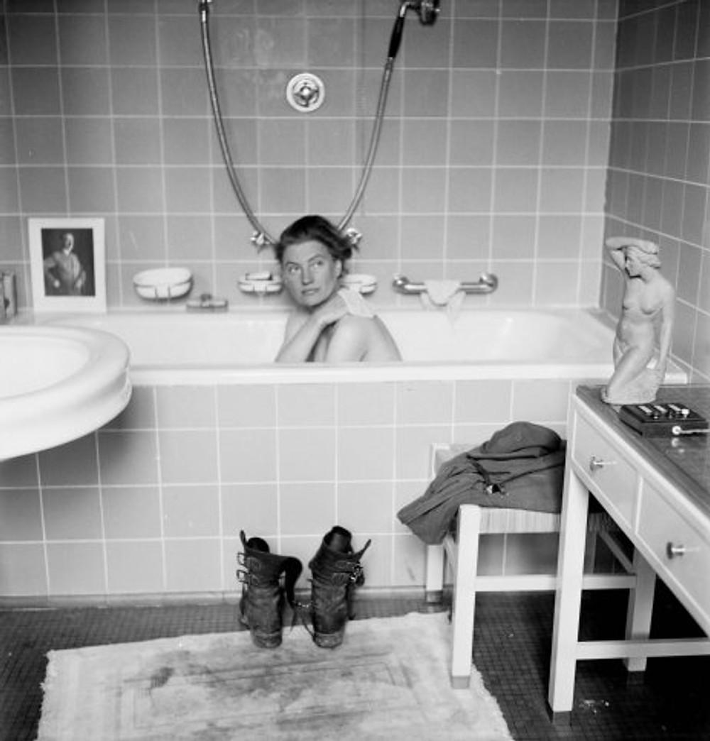 Miller na banheira de Hitler, em Munique. A foto foi tirada pelo fotógrafo David E. Scherman, que a acompanhou em diversas coberturas.