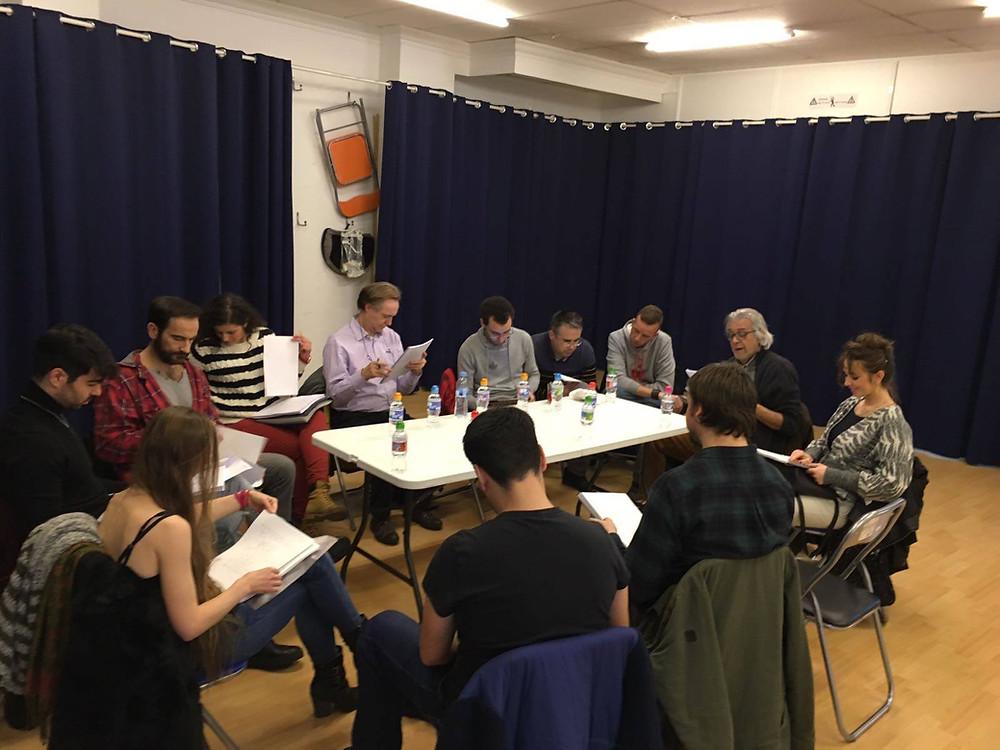 """Instante del equipo de 3star Producciones durante la lectura del guión """"La casa de los espejos"""", con Javier Peña, Actor."""