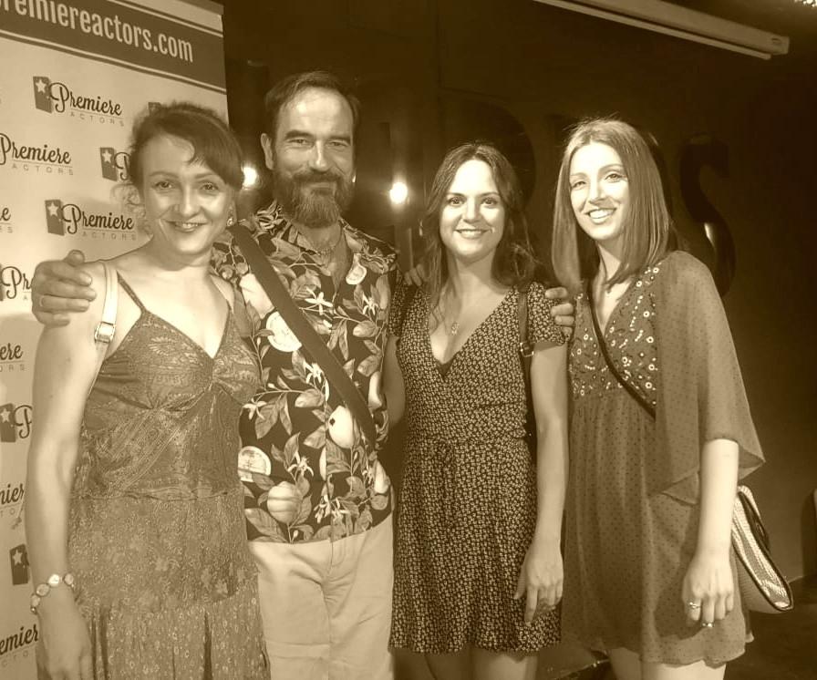 En el photocall junto a las actrices Eva Velasco, Jennifer Rubio y Elena Ribeiro.