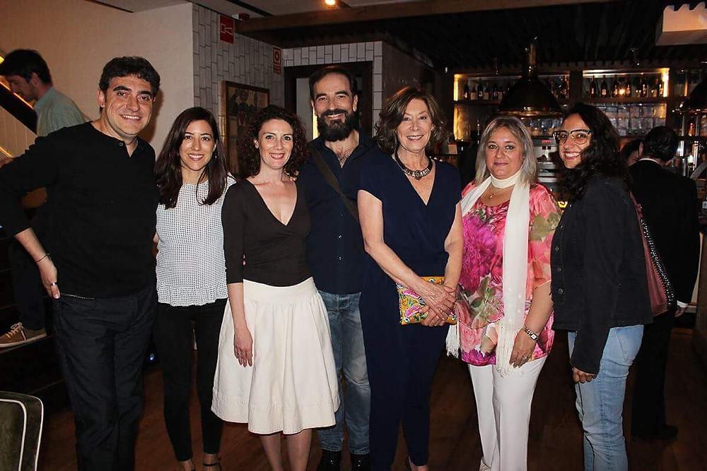 El actor Javier Peña junto a Fiorella Faltoyano y un grupo de representados de Anna Utrecht