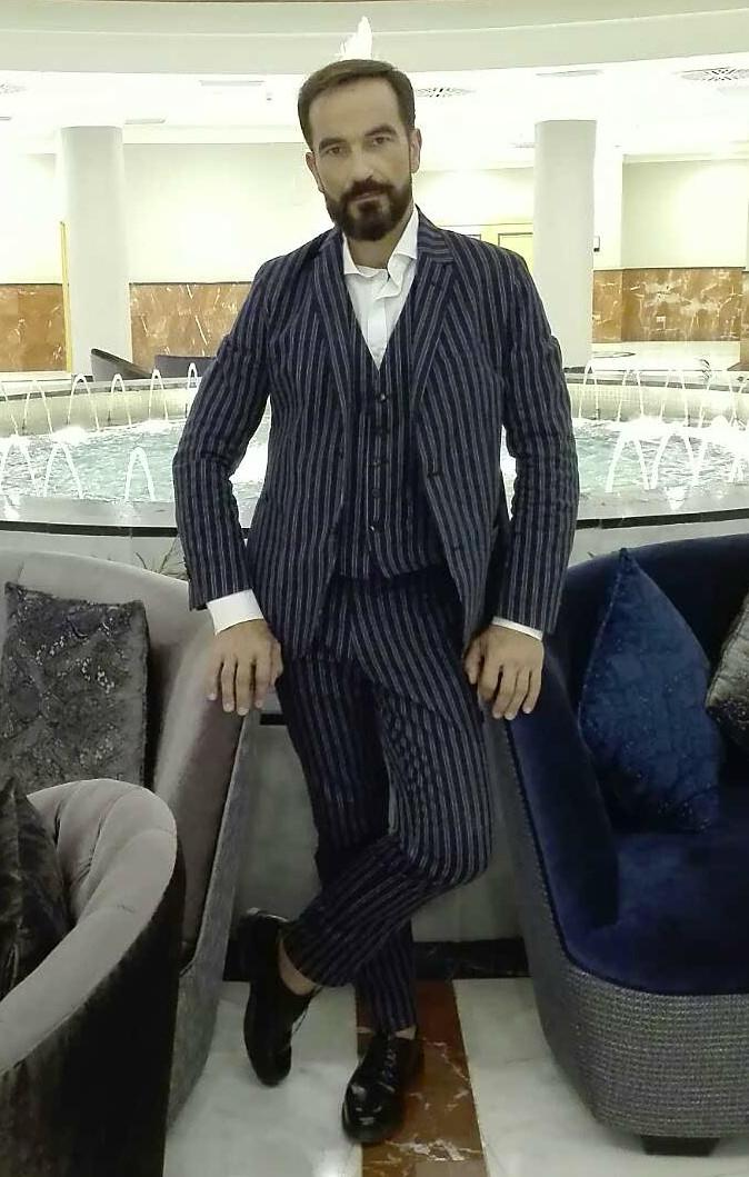 Javier Peña, Actor junto a la fuente ornamental del hall del piso inferior del hotel.