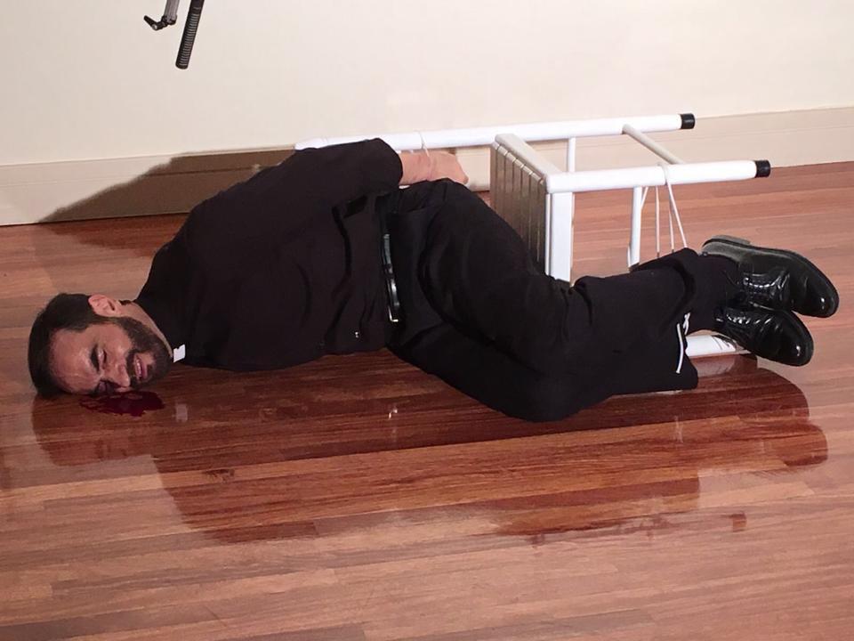 Javier Peña, Actor, en un momento de la brutal paliza que recibe su personaje por parte del actor Aitor Sánchez