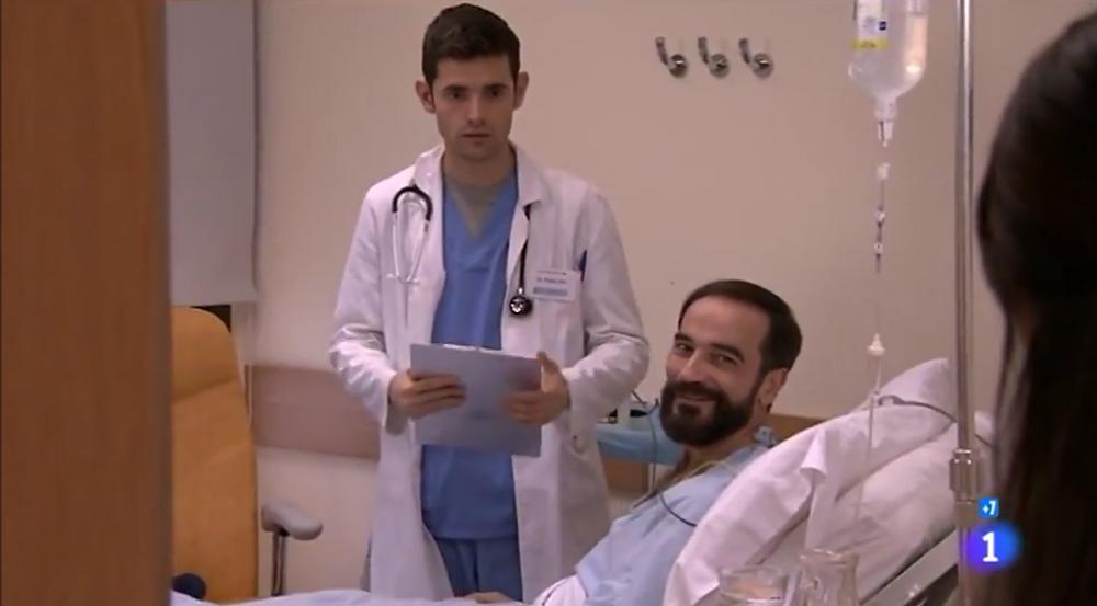 """Javier Peña, Actor ya restablecido en """"Centro Médico"""", con uno de los protagonistas de la serie."""