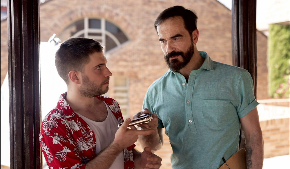Momento crucial en el que el actor Javier Peña hace entrega a íñigo Korres del objeto del examen.