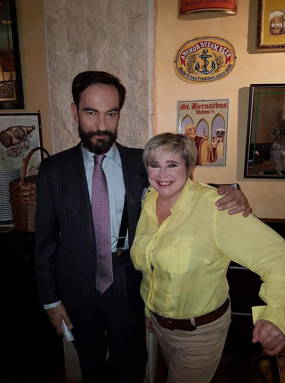 Javier Peña, Actor posando con otra de las protagonistas de la serie, Yolanda Martínez-Morata