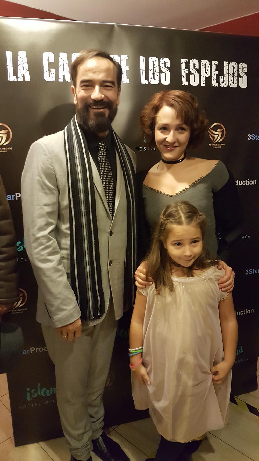 El actor Javier Peña acudió acompañado de su esposa, la también actriz Eva Velasco, y su hija, también actriz de la película, Olivia Peña.