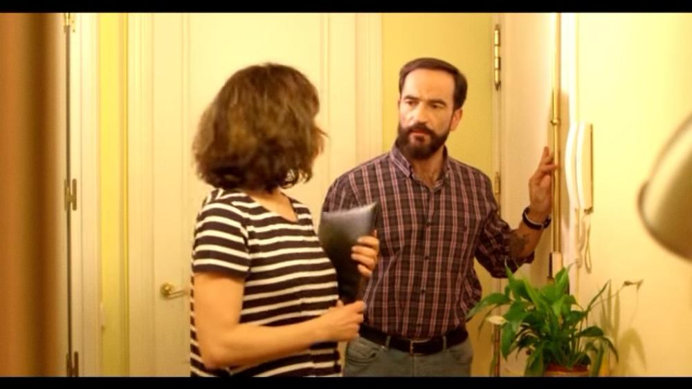 El actor Javier Peña con Patricia García tras una tensa situación de la historia.