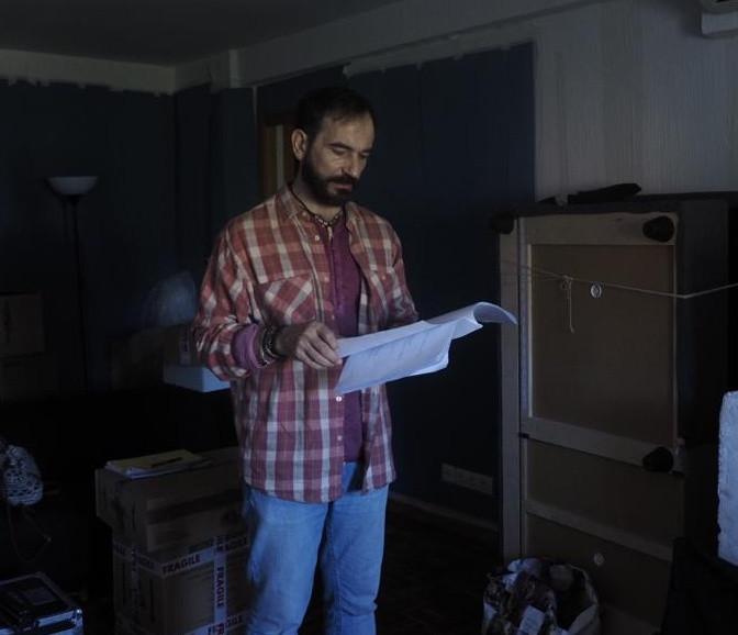 """El actor Javier Peña haciendo un último repaso del guión antes de empezar la grabación de """"Ixea""""."""