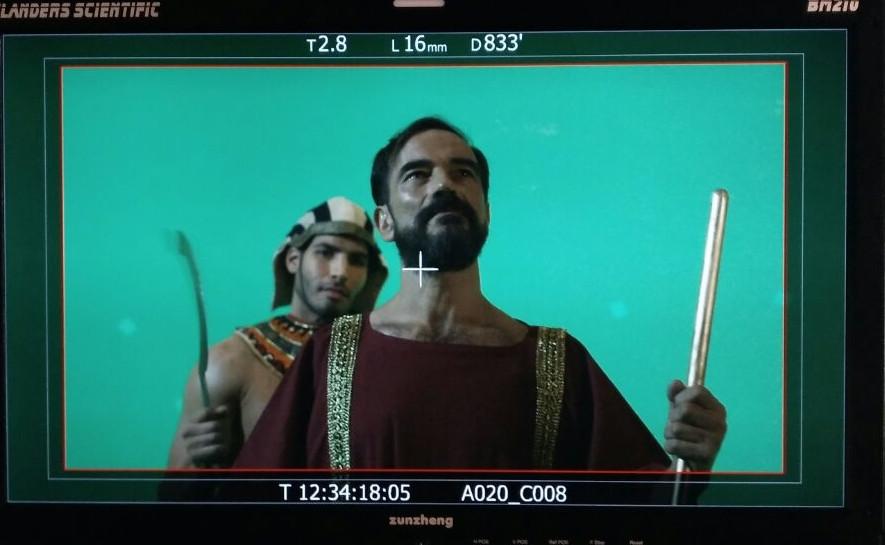 Javier Peña, Actor interpretando al árbitro con un gladiador egipcio detrás. Los escenarios se recrean con croma.