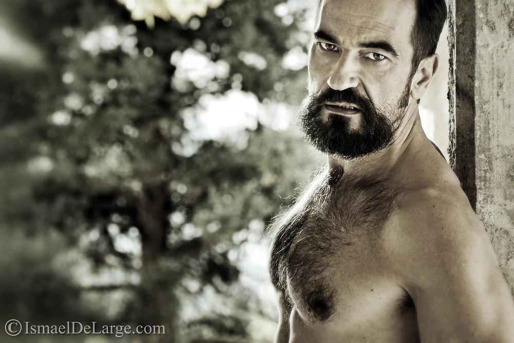 El actor Javier Peña posando de malote para el fotógrafo Ismael DeLarge.
