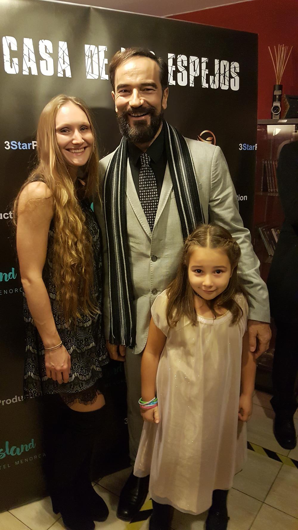 El actor Javier Peña en el Photocall junto a las actrices Alexandra Prokhorova y Olivia Peña.