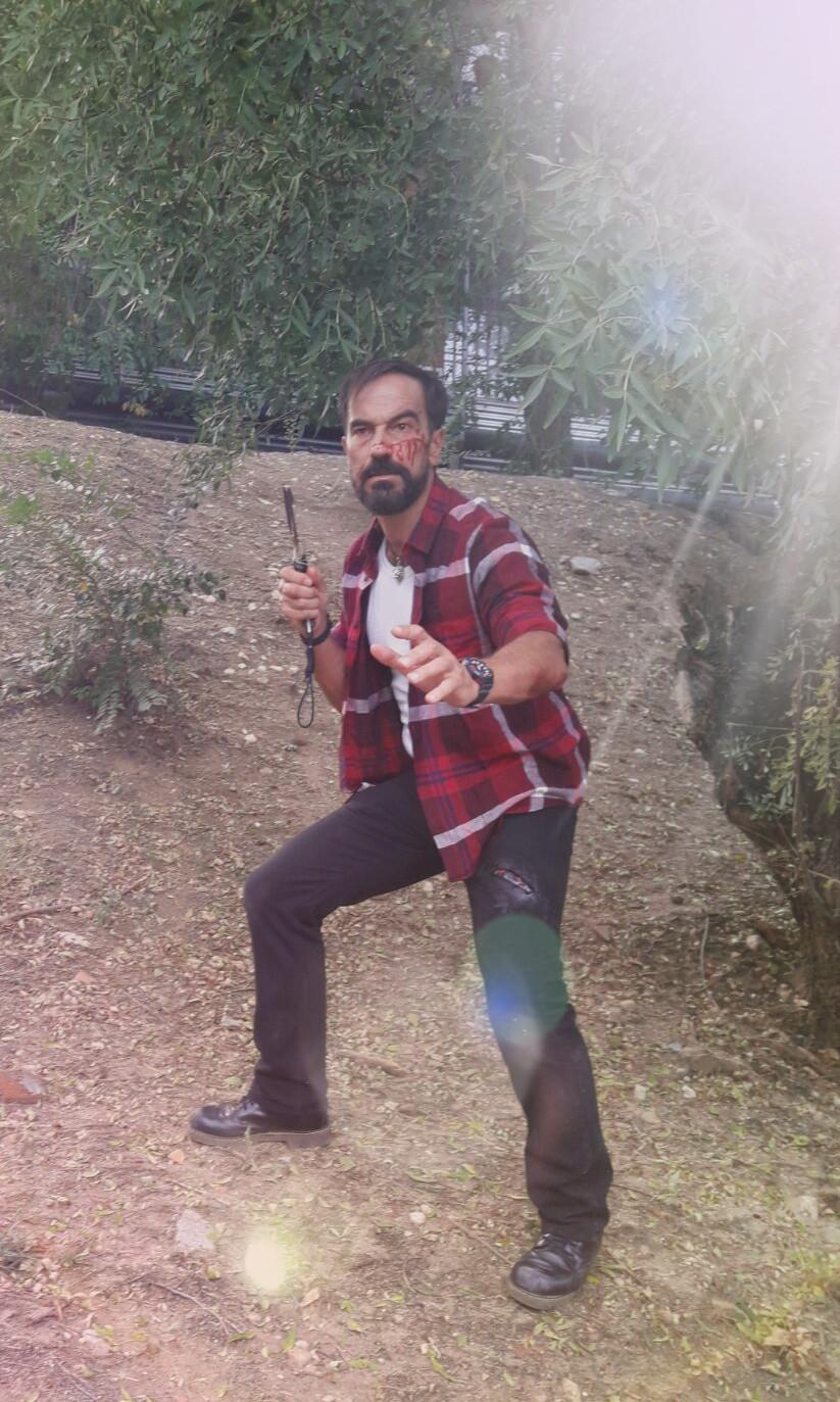 El actor Javier Peña tras sufrir Jonás, su personaje, una emboscada.