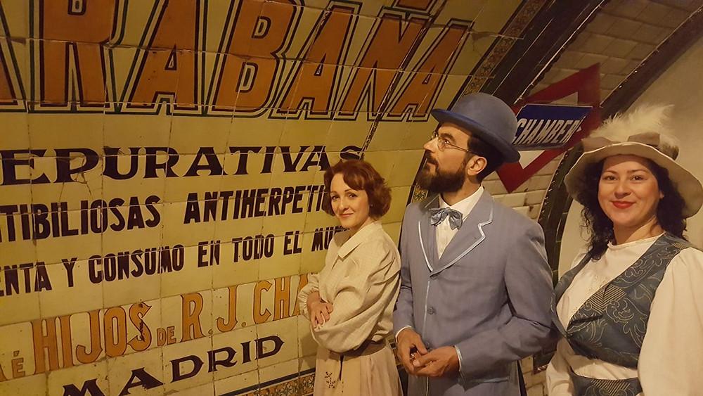 El actor Javier Peña junto a las actrices Eva Velasco y Vero Ramírez durante la performance.