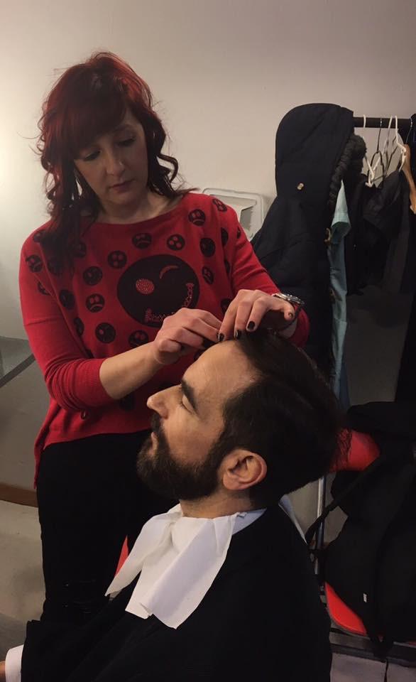 La gran maquilladora Gema Moreno, en un momento de la sesión de maquillaje a Javier Peña, Actor.