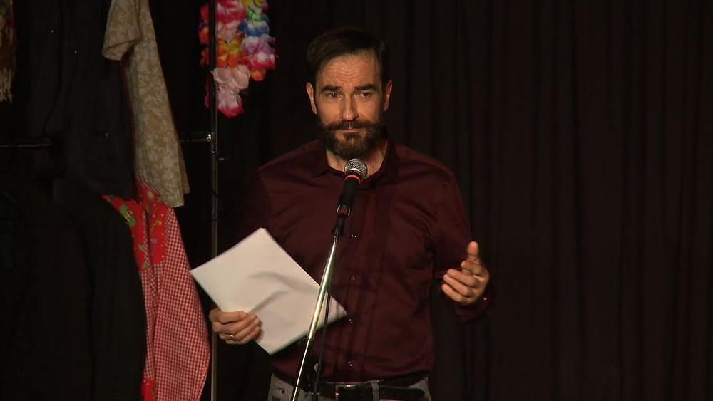 El actor Javier Peña en un momento de la presentación de la obra de la semana.