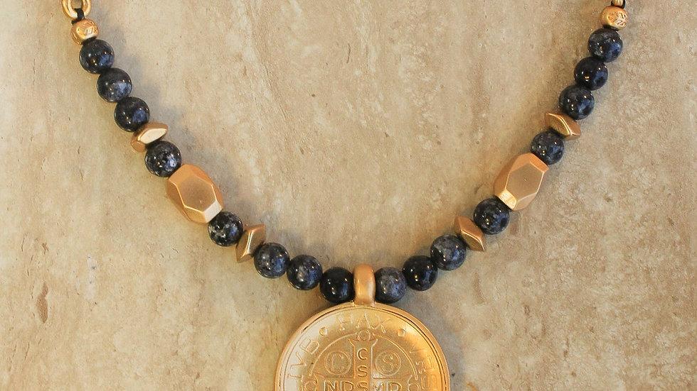 Collar Negro Trenzado de San Benito con Cuarzos y detalles Dorados