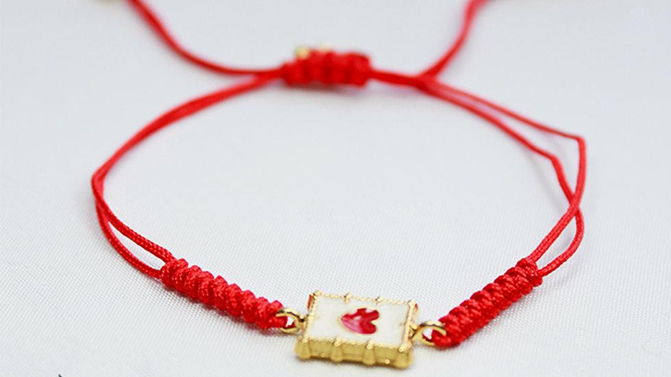 Pulsera de Hilo Rojo Trenzado con Dije Rectangular Chapado en Oro