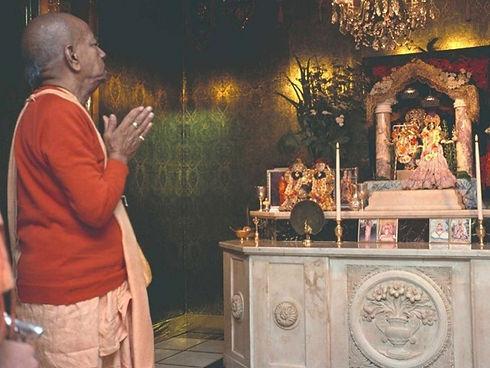 prabhupada-at-altar-new-vrindaban.jpg