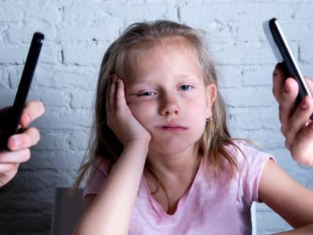 Cosa succede quando tuo figlio ti vede con il telefono in mano?
