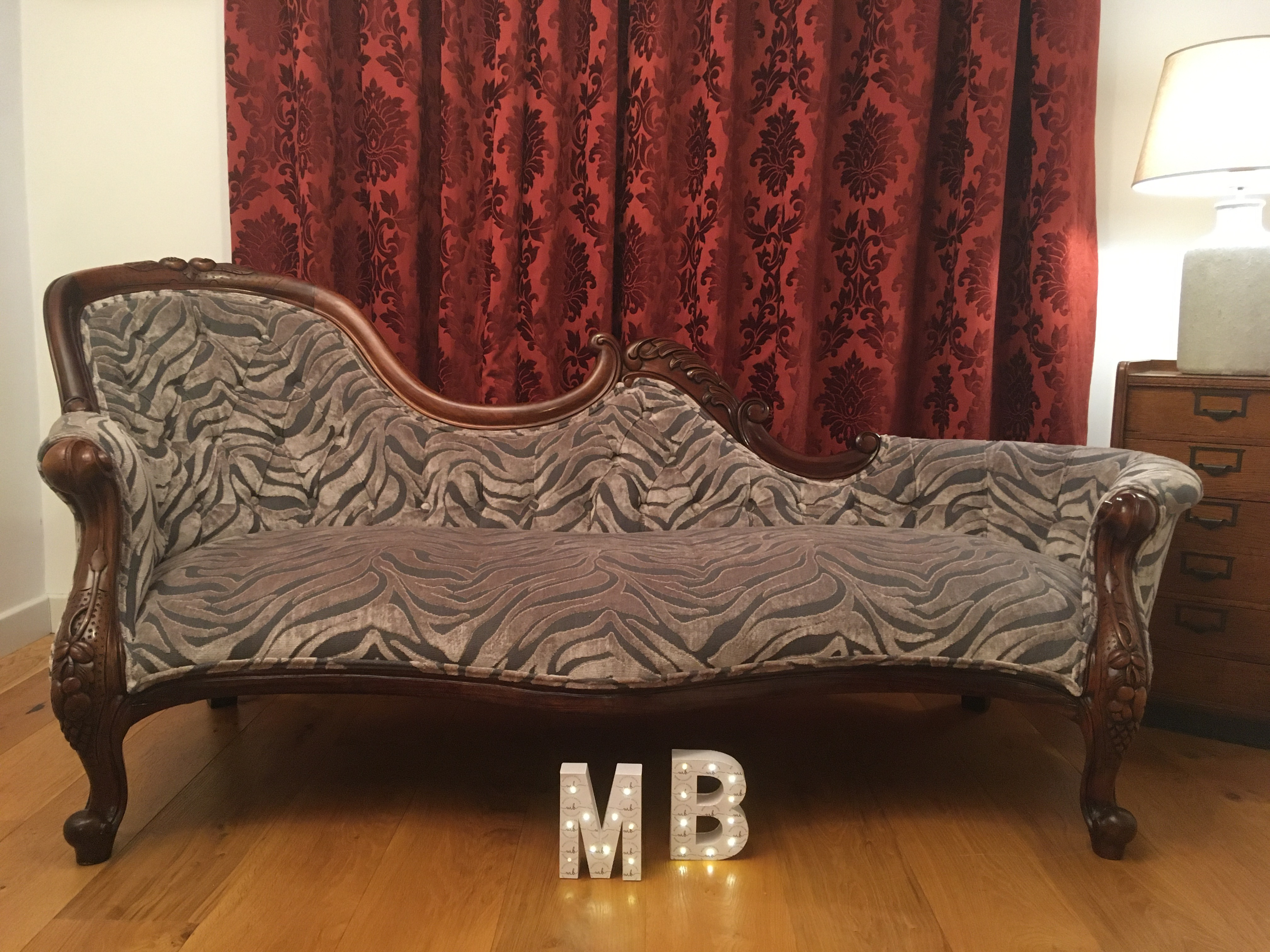Victorian-style chaise