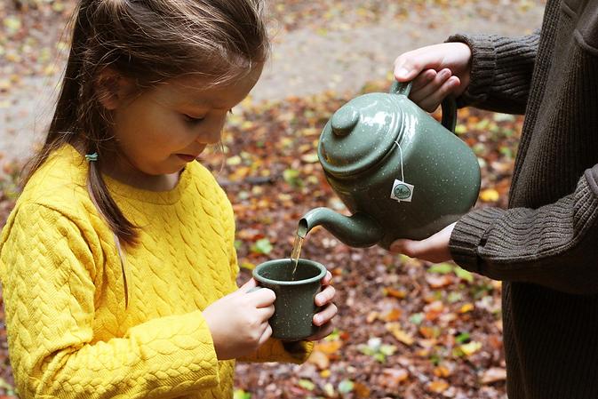 Jongetje schenkt Okae kinderthee in voor meisje, herfst bos 3-min.webp
