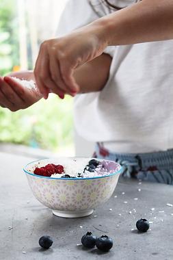 Vegan yoghurt bowl met Blueberry Boost poeder