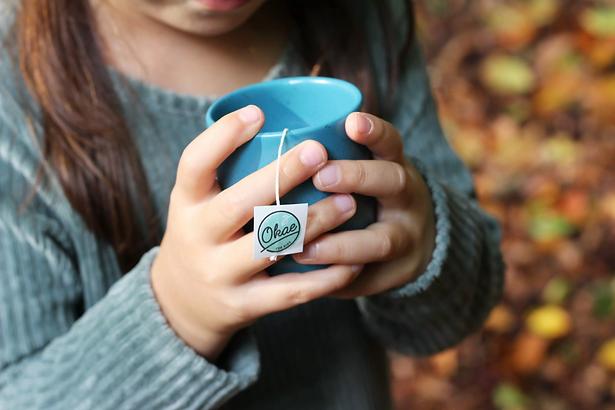 kopje thee meisje herfst.webp