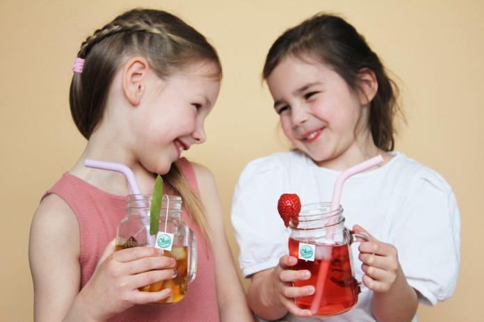 vriendinnen drinken kinderthee ijsthee.j