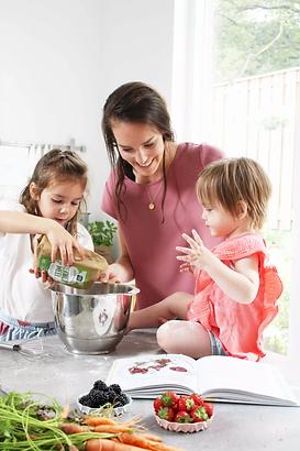 samen gezonde baksels maken in de keuken