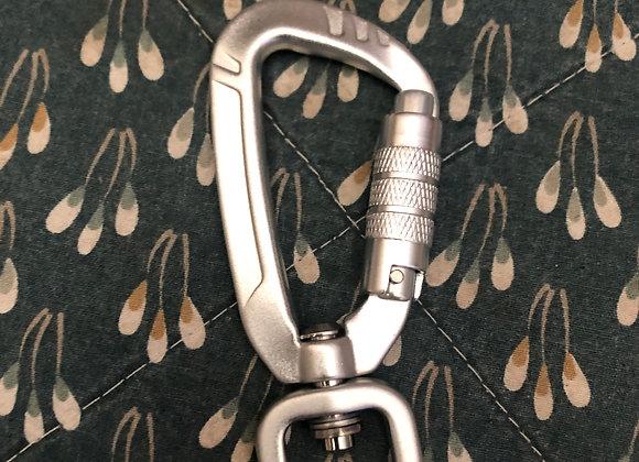 Lockable caribiner clip