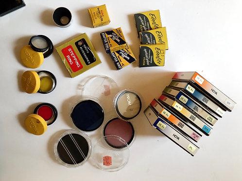 Gran cantidad de accesorios fotográficos antiguos y filtros de cámara