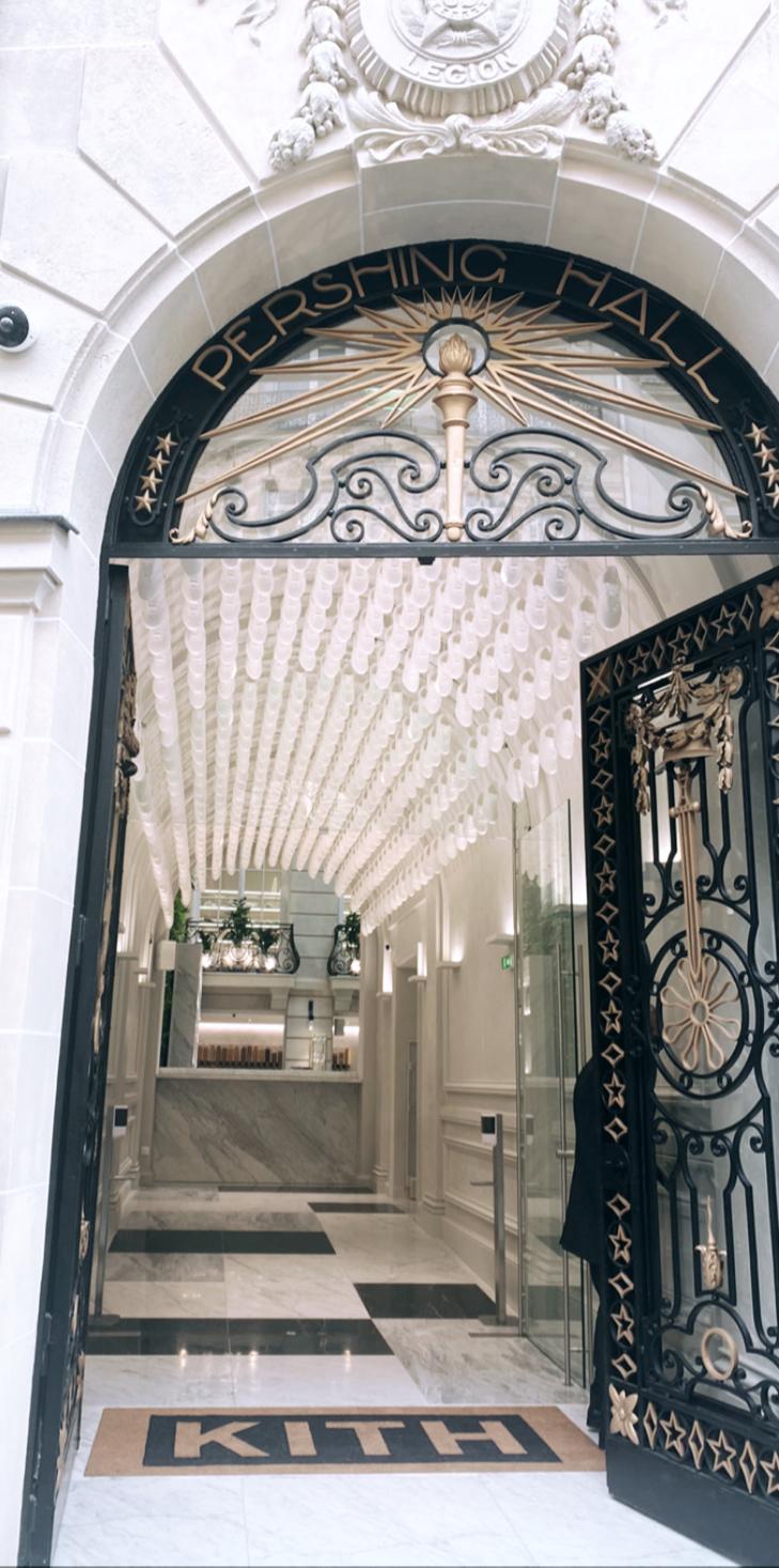 Entrée de la boutique Kith Paris, temple des sneakers, streetwear, luxe