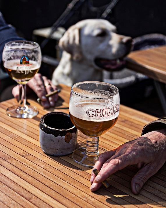 La main qui boit de la bière