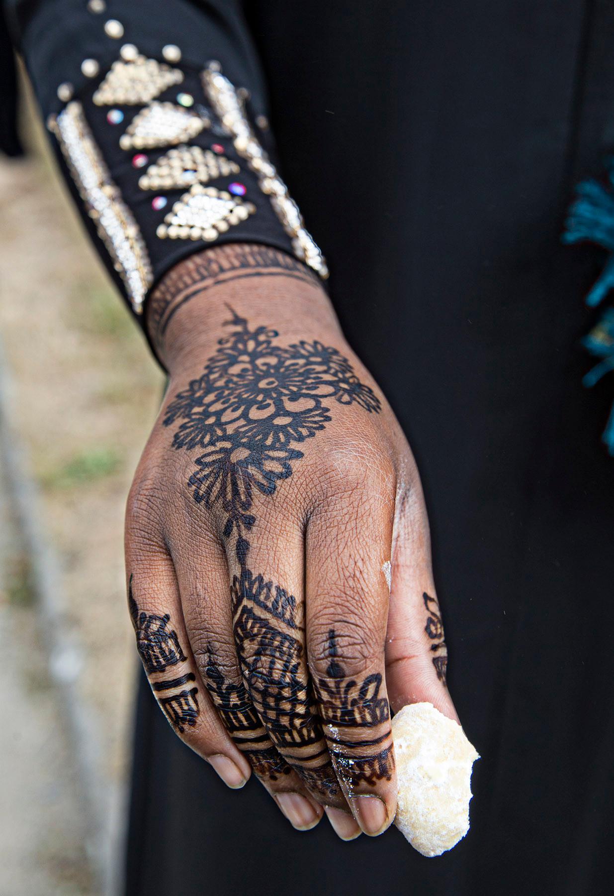 Main avec henné et  pâtisserie arabe.
