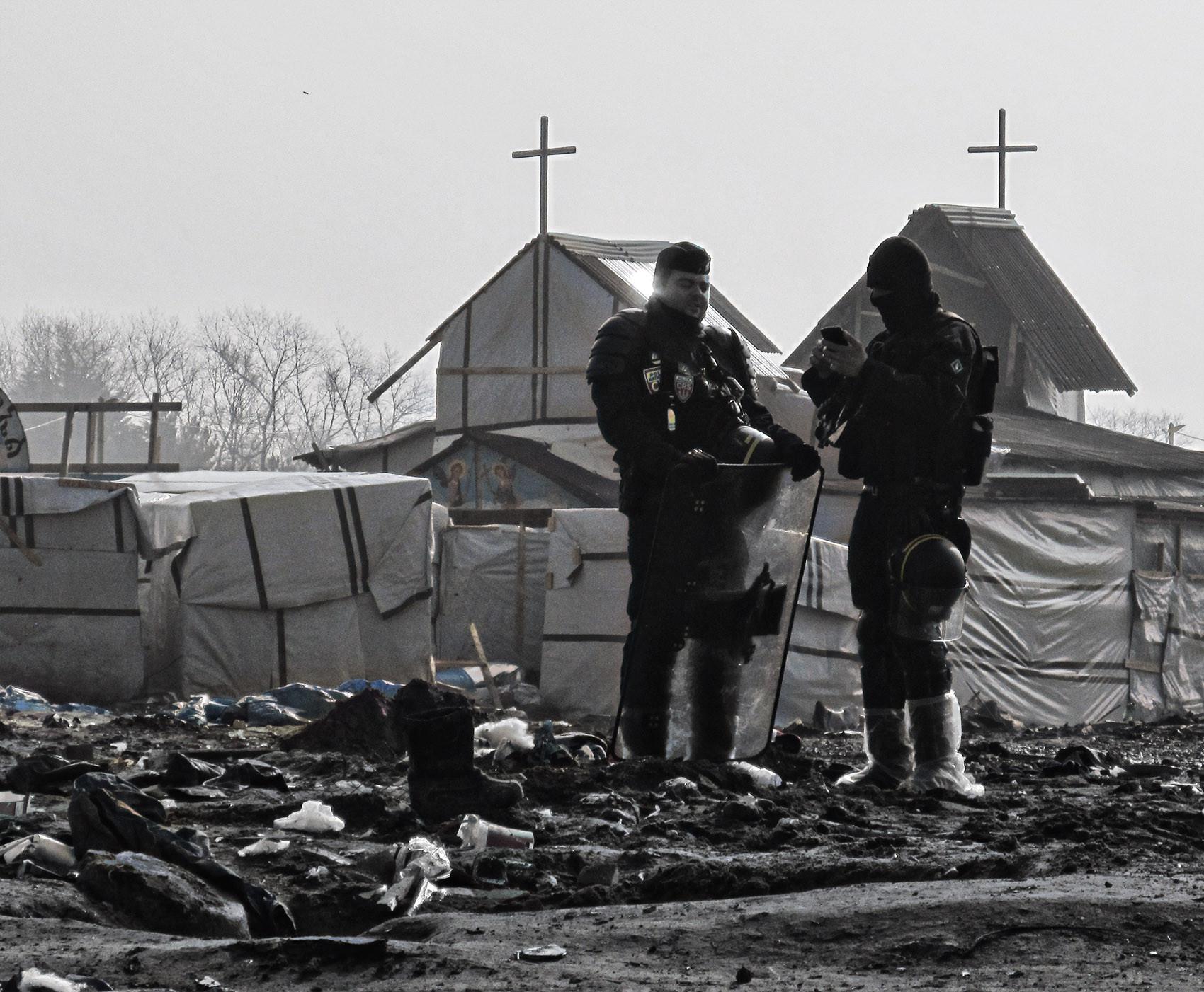CRS et église. Jungle de Calais.