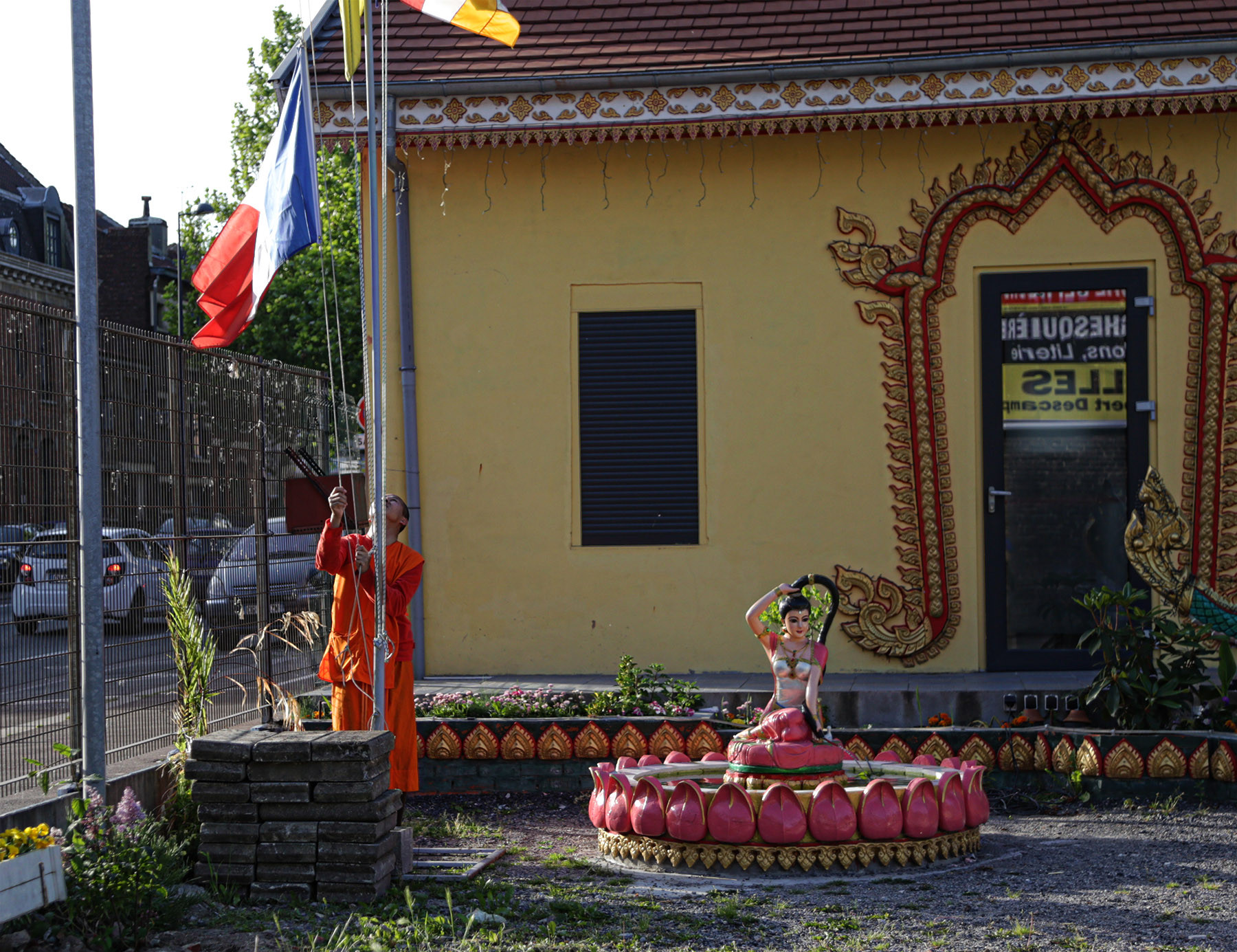 Moine bouddhiste et drapeau français