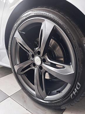 Roda de um Audi pintado com a cor grafite
