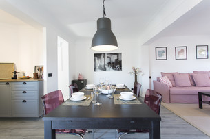 Links Küche, rechts Sofa