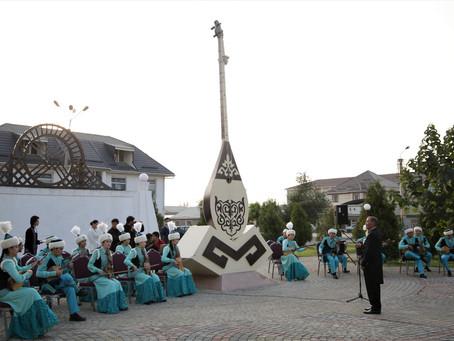 В Таразе появился памятник домбре