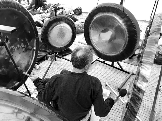 Gong performance with multiple gongs