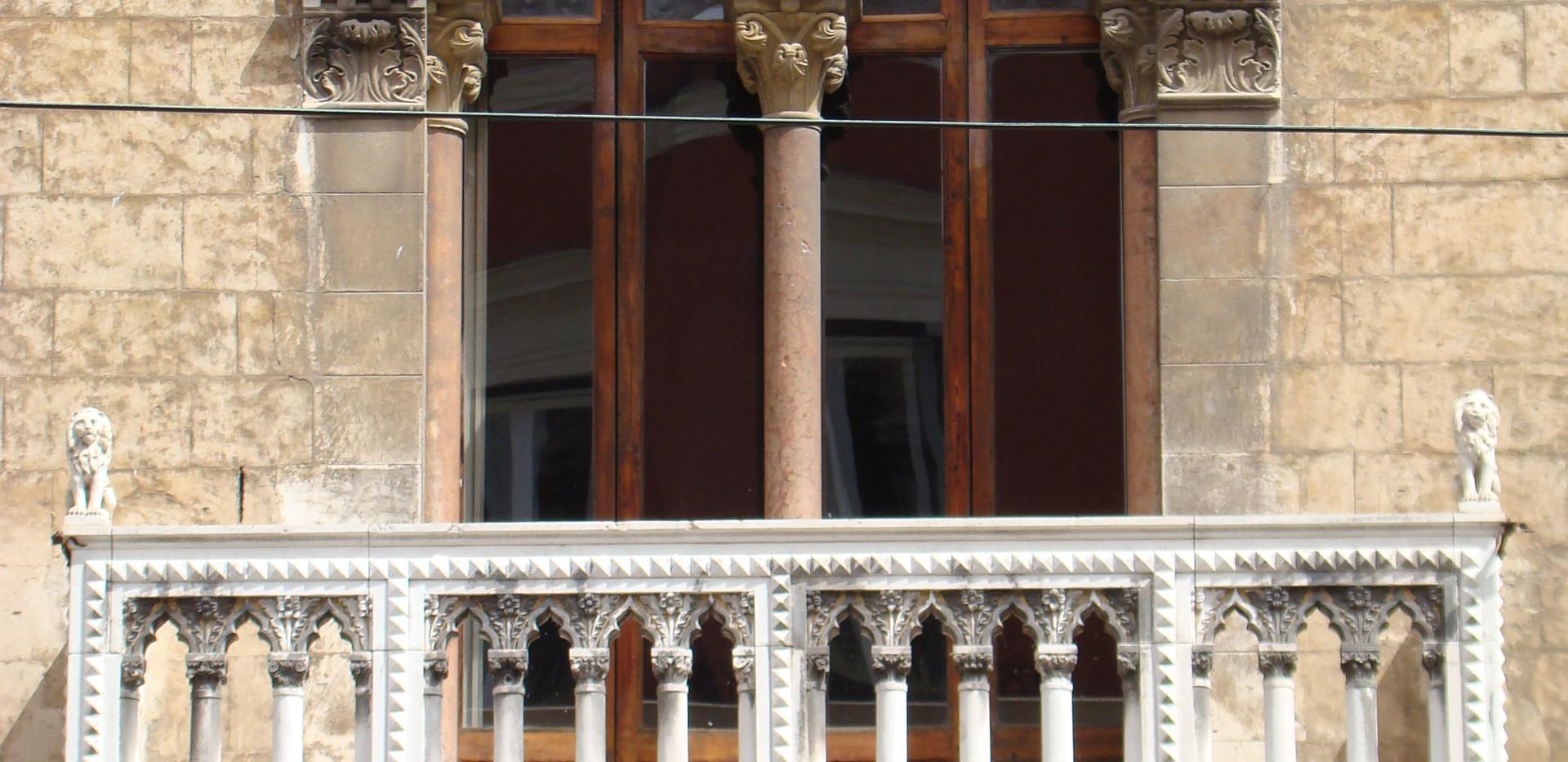 Balcone con bifora