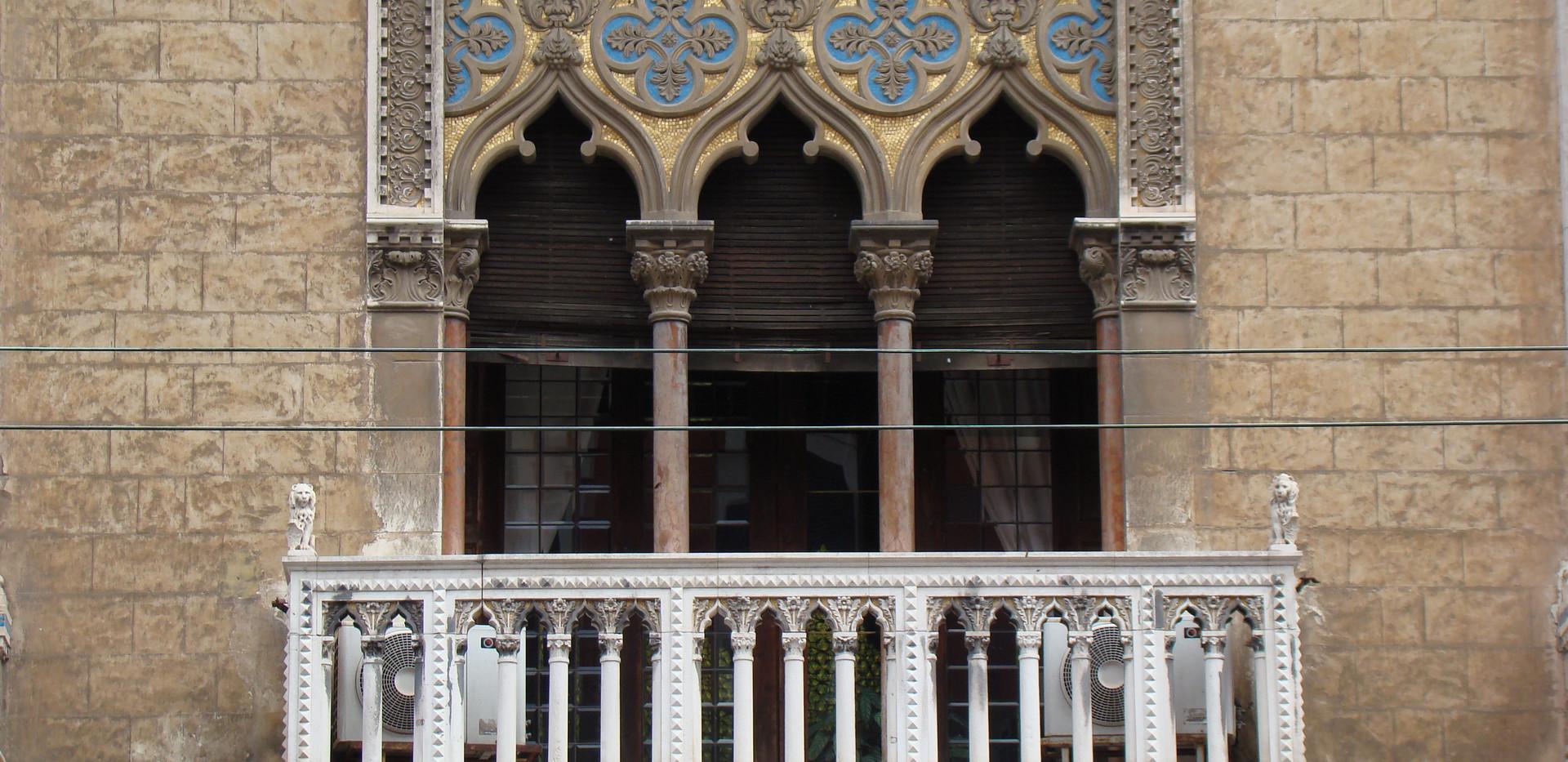 Trifora del balcone sovrastante il portone