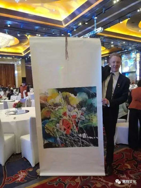 Prime Minister Solberg of Norway presented with Hanxiang Zhao painting as a gift